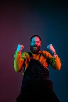 Ritratto dell'uomo caucasico isolato su sfondo sfumato per studio in luce al neon