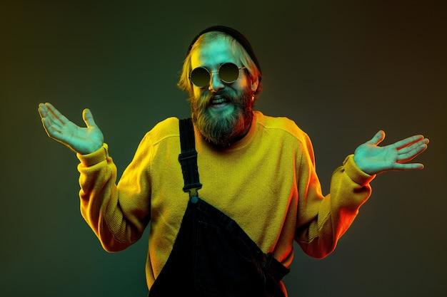 Ritratto di uomo caucasico isolato su studio gradiente in luce al neon