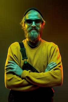 ネオンの光のグラデーションスタジオで分離された白人男性の肖像画