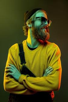 네온 불빛에 그라데이션 스튜디오에 고립 된 백인 남자의 초상화
