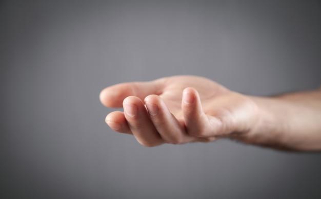 空の手を示す白人男性。