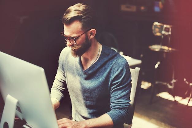Кавказский человек, сидящий на компьютере пк