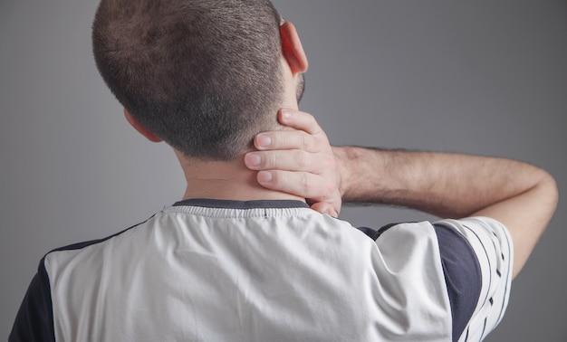 목 통증으로 고통받는 백인 남자.