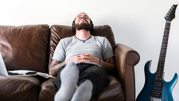 Кавказский человек, отдохнуть от работы, прослушивая концепцию снятия музыки