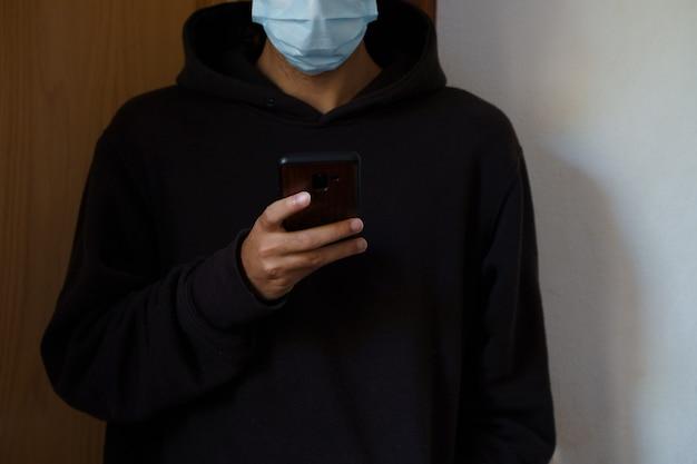 彼の手で彼のスマートフォンを使用している白人男性。パルマデマヨルカ、スペイン