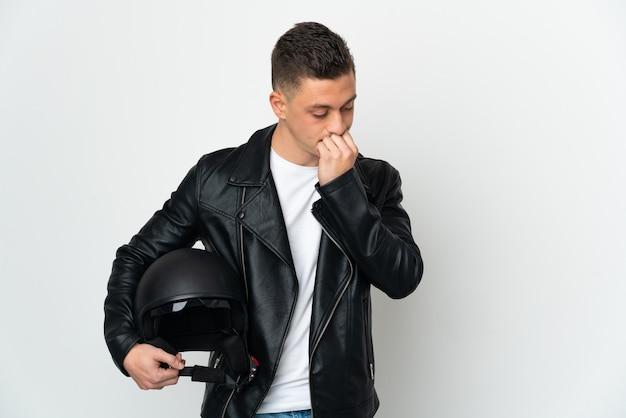 Кавказский человек в мотоциклетном шлеме, изолированном на белом, сомневается