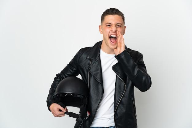 口を大きく開いて白い叫びに分離されたオートバイのヘルメットを持つ白人男性