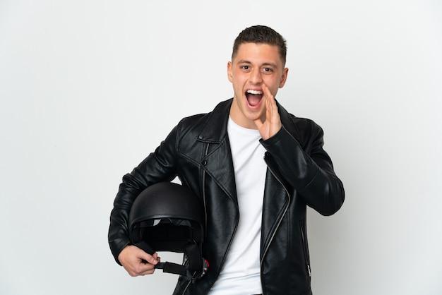 Кавказский человек с мотоциклетным шлемом изолирован
