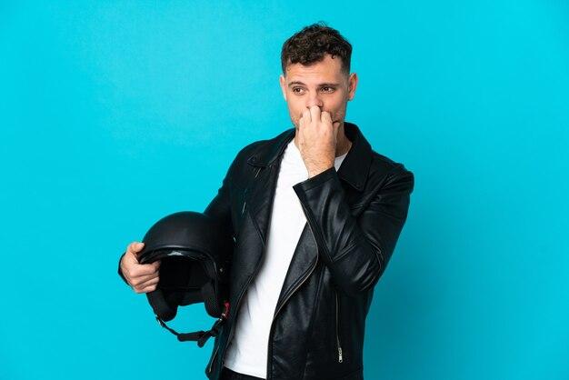 Кавказский человек в мотоциклетном шлеме на синем, сомневаясь