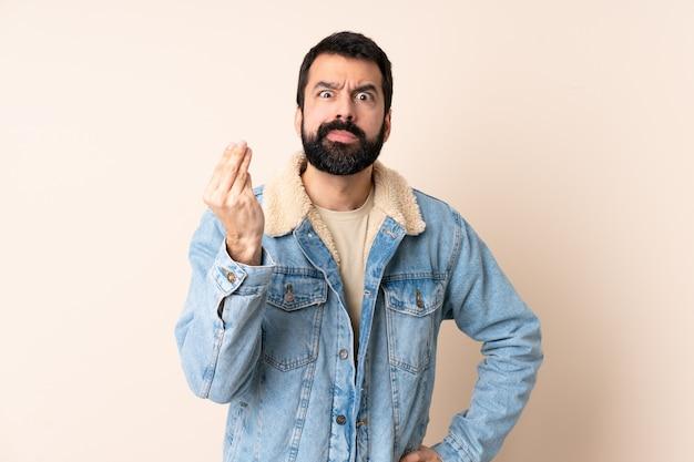 고립 된 수염을 가진 백인 남자