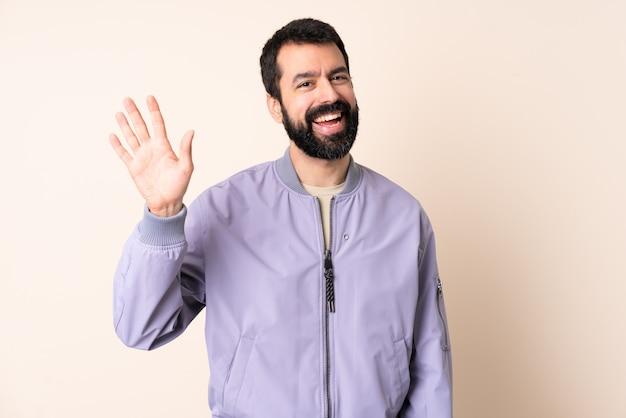 孤立したジャケットを着てひげを持つ白人男性
