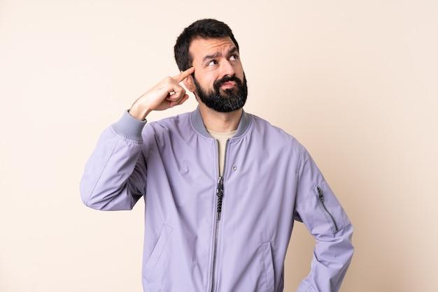 고립 된 재킷을 입고 수염을 가진 백인 남자