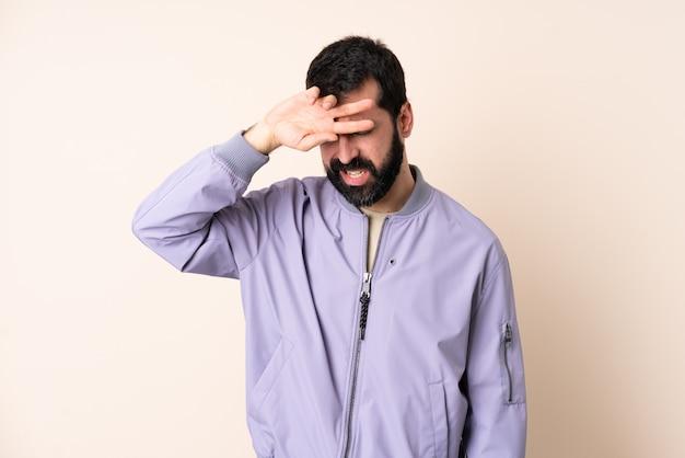 Кавказский мужчина с бородой носить пиджак через стену с усталым и больным выражением