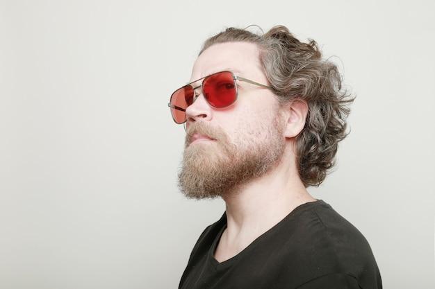 Кавказский мужчина в старинных солнцезащитных очках