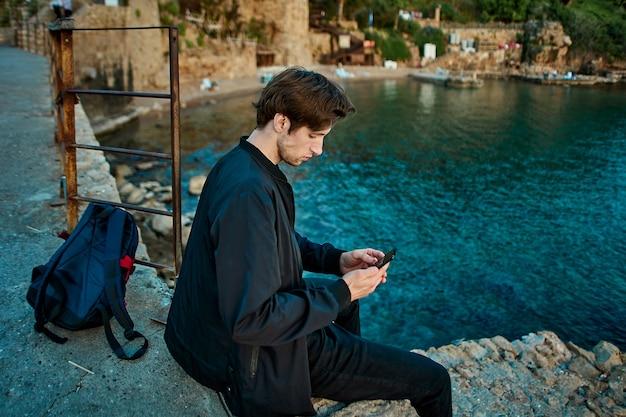 Кавказский мужчина лет в анталии в начале туристического сезона
