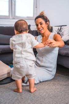 재택 근무하는 동안 그녀의 아들을 돌보는 백인 어머니