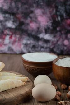 木の板に具材が入った白人のムタキクッキー。