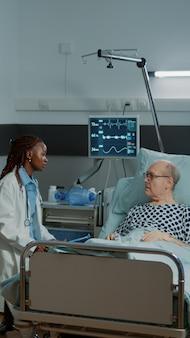 白人看護師が患者の情報ファイルをチェック