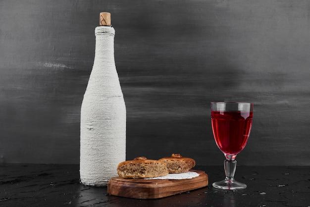 グラスワインと白人のパクラヴァ。