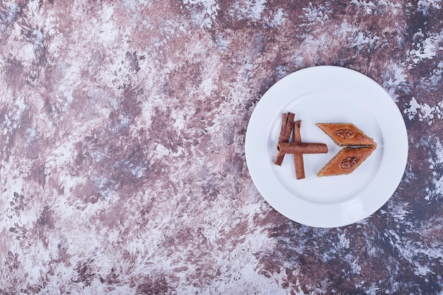 계 피와 백인 pakhlava 하얀 접시에 막대기. 고품질 사진