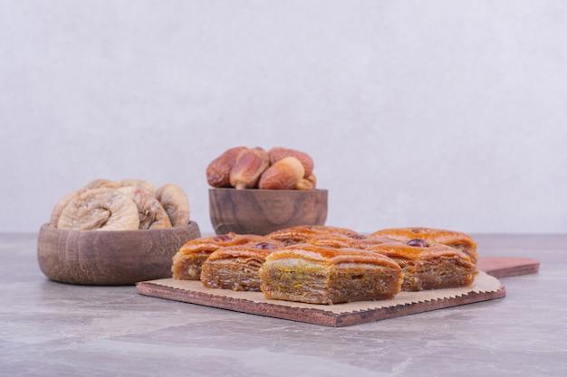마른 사과 조각과 날짜가있는 백인 파 클라 바
