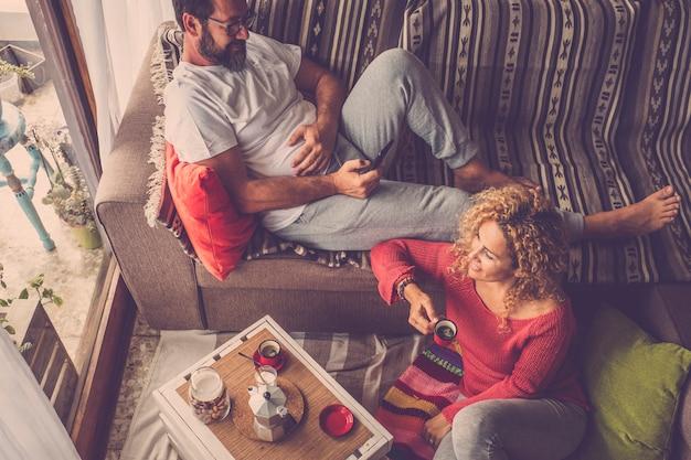 白人の人々は、朝の朝食を一緒に楽しんでいる家でカップルします