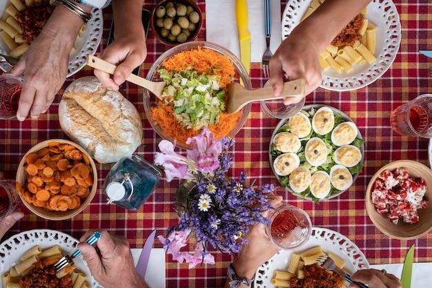 함께 브런치나 식사 체크 무늬 테이블을 즐기는 백인 사람들