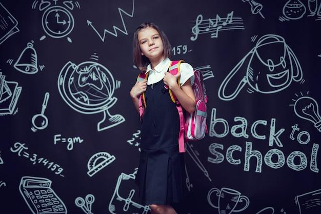 学校に戻るバックパックの概念で学校に行く準備をしている白人のプレティーンの女子高生