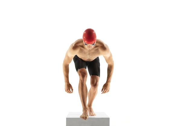 Кавказский профессиональный спортсмен, обучение пловца, изолированные на белом фоне студии