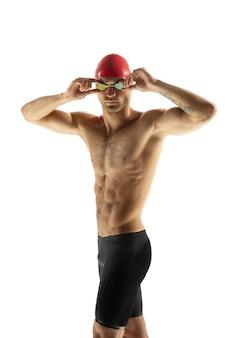 Кавказский профессиональный пловец позирует на фоне белой студии