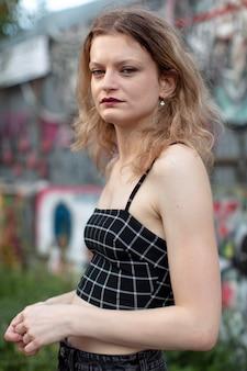 도시 위치에 백인 펑크 여성