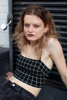 Femmina punk caucasica in una posizione urbana