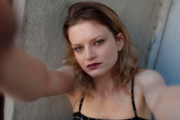Femmina punk caucasica con atteggiamento in posizione urbana