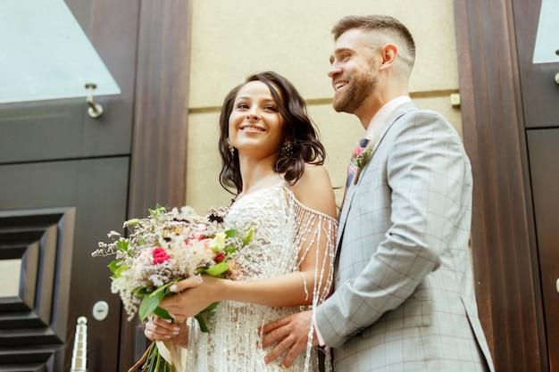 都市での結婚を祝う白人のロマンチックな若いカップル。