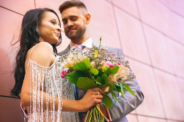 도시에서 그들의 결혼을 축하 백인 로맨틱 젊은 부부.