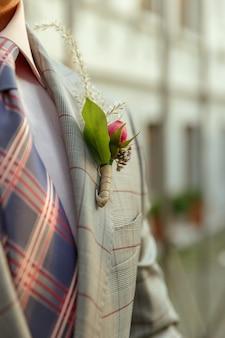 Giovane sposo romantico caucasico che celebra il matrimonio in città.