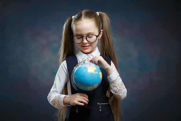 白人女子高生メガネをかけて地球儀を回す