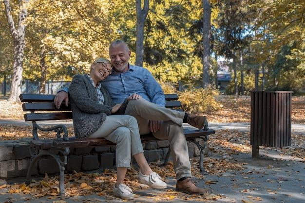 Кавказская пара пожилых людей, наслаждаясь времяпрепровождением в парке