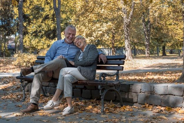 公園での時間を楽しんでいる白人の年配のカップル