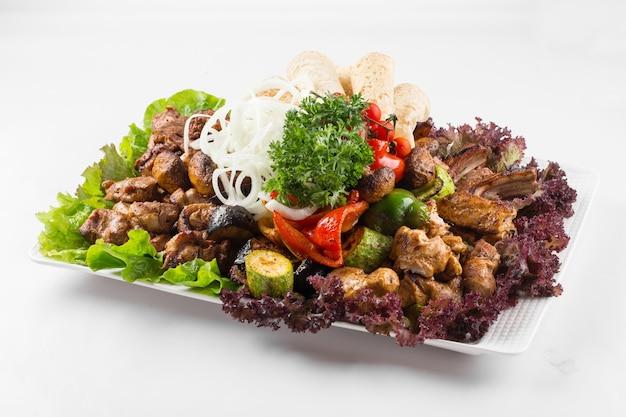 Блюдо с кавказским шашлыком на белом