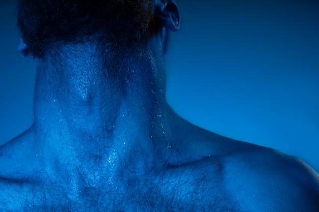 Uomo caucasico a torso nudo nei toni del blu