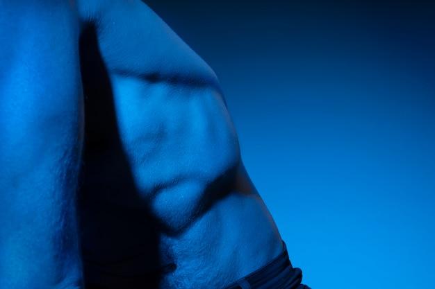 Кавказский мужчина без рубашки в голубых тонах