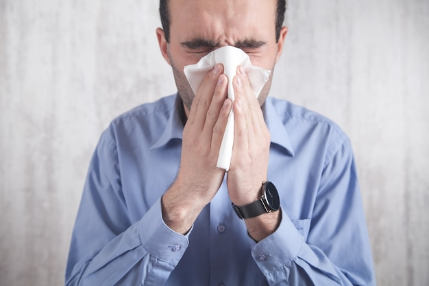 그의 코를 불고 백인 아픈 남자.