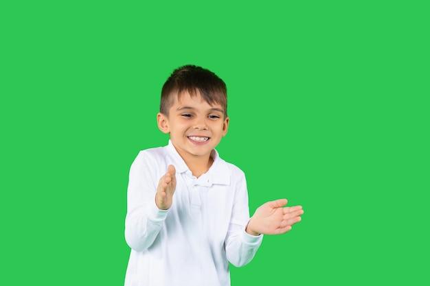 Кавказский улыбающийся дошкольник хлопает в ладоши