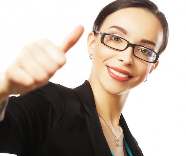 Кавказская улыбающаяся женщина в очках