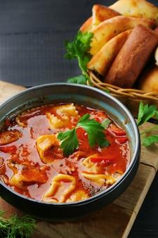 Кавказский суп с лапшой. лагман и хачапури на деревянном столе сверху.