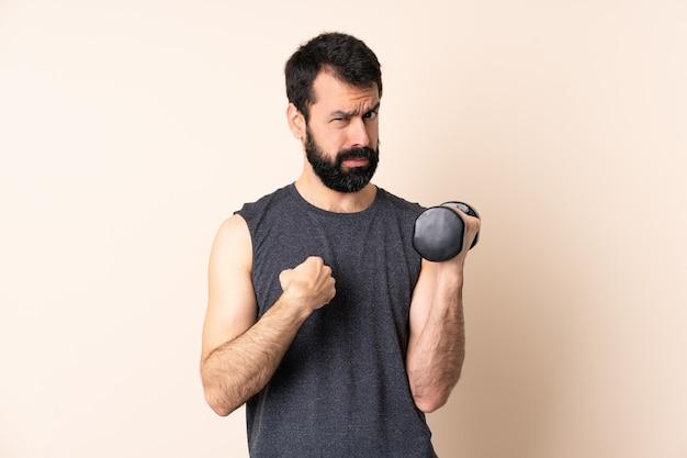 重量挙げを孤立させるひげを持つ白人スポーツ男