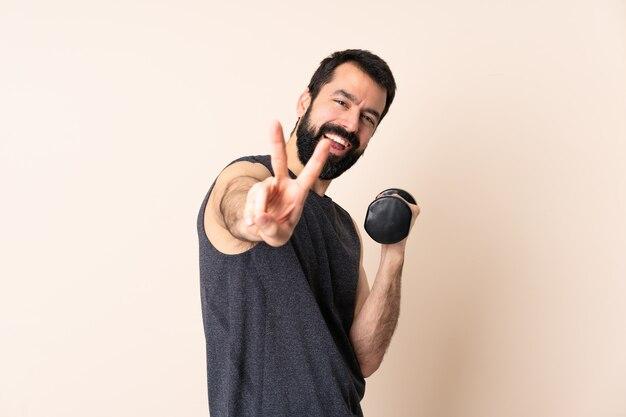 Кавказский спортивный человек с бородой делает тяжелую атлетику изолированными