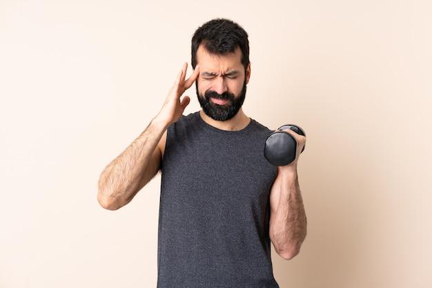 ひげの重量挙げを作る白人スポーツ男