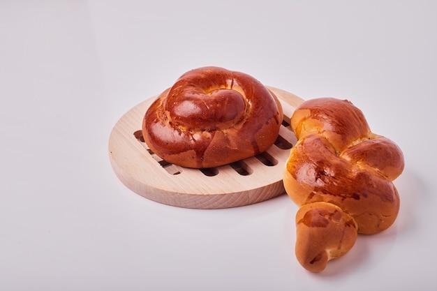 木製の大皿に白人スタイルの菓子パン